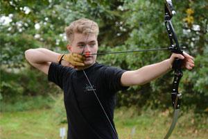 Recurveschütze Adrian Dinter mit seinem Bogen in Aktion