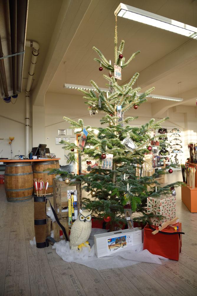 Geschmückter Tannenbaum zur Weihnachtsaktion im Showroom der BogenSportWelt.de