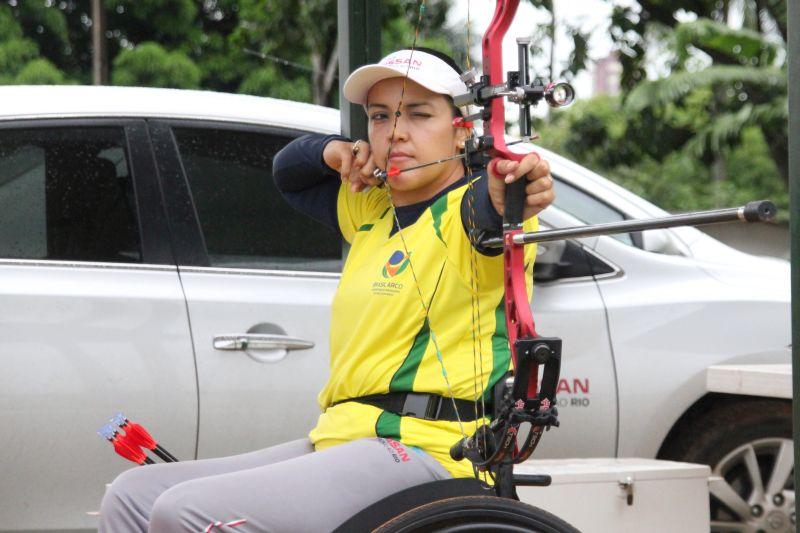 Jane Karla Rodrigues Goegel in Aktion mit Ihrem Compoundbogen