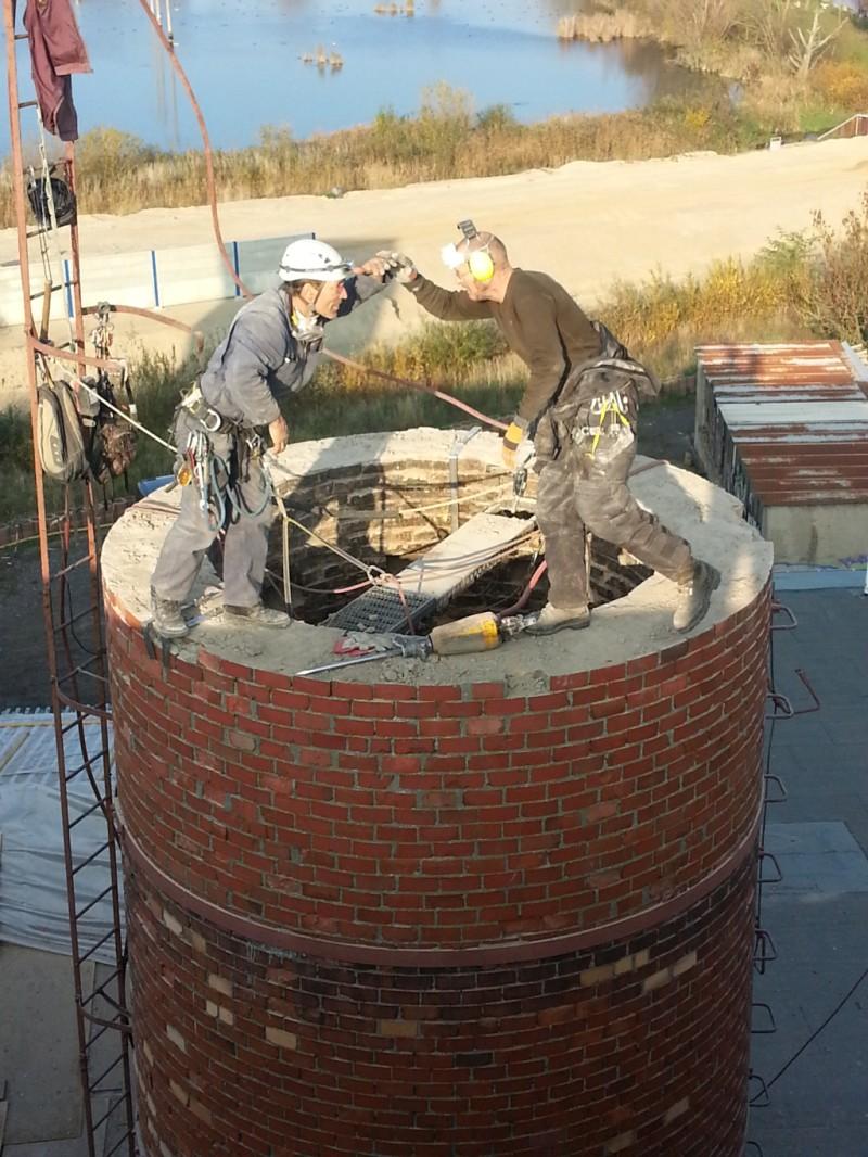 Bauarbeiter auf dem Schornstein der BogenSportWelt.de (ehemals Möbelfabrik bzw. Graphik- und Designschule Anklam)