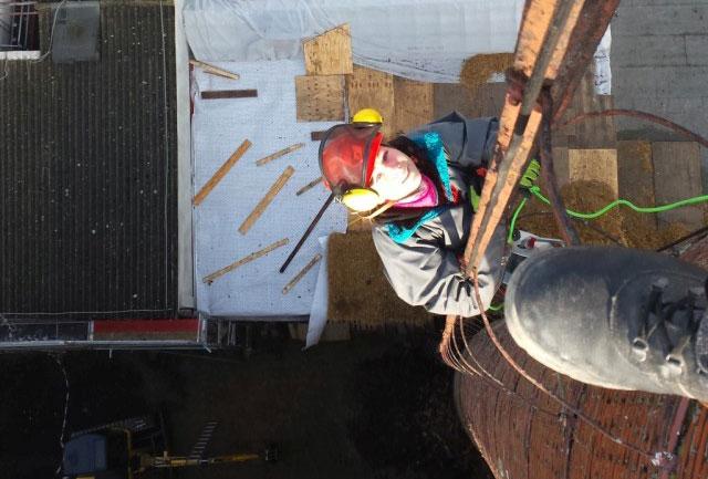Die BogenSportWelt bezwingt den Schornstein der BogenSportWelt.de (ehemals Möbelfabrik bzw. Graphik- und Designschule Anklam)