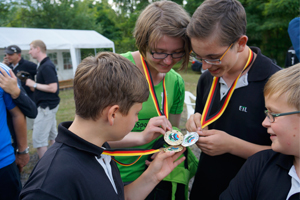 Lydia Laarz vergleicht Medaillen bei der Landesmeisterschaft Fita2015 in Lübbenau
