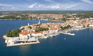 Herrlicher Blick auf die Altstadt von Porec in Kroatien