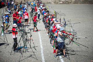 Schützen an der Schießlinie beim Training des Archery World Cup in Salt Lake City
