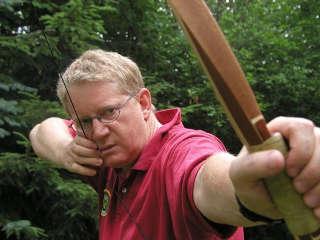 Dietmar Vorderegger erläutert das Traditionelle Bogenschießen