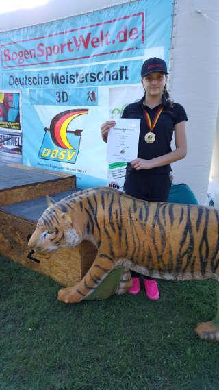 Annika Rennett freut sich über ihren 1. Platz bei der DM 3D des DBSV