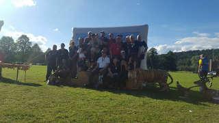 David Ris mit dem Team des Hessischen Bogensportverbandes auf dem Siegertreppchen