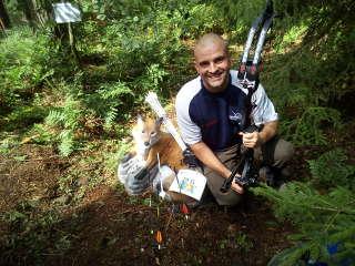 Ronny Schmidt mit seinem Compound neben einem 3D-Fuchs