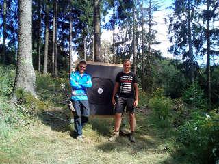 Justus Poggensee mit seinem Konkurrenten an der Zielscheibe auf der EFAC