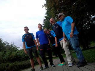 Justus Poggensee mit seinem Team der Bogensport Akademi