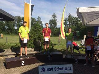 Nils Noack ganz oben auf dem Siegertreppchen bei der LM Fita im Freien in Schefflenz