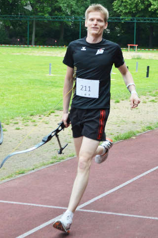 Glücklicher Einlauf ins Ziel: Marco Kreische gewinnt den Sprint des Europacup Bogenlaufen in Berlin