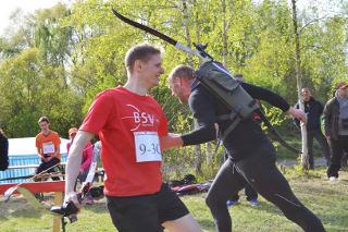 Abklatschen beim Staffellauf des 4. Werderaner Bogenlaufs