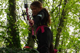 Jona Sophie Müller in Aktion mit ihrem Compoundbogen bei der Thüringer Landesmeisterschaft 3D