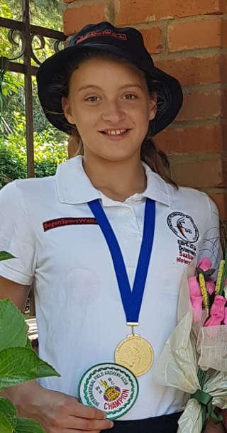 Annika Rennett präsentiert stolz ihre Goldmedaille der WBHC 2017