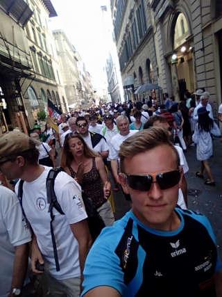 Justus Poggensee beim Walk of Nations der WBHC durch die florentinische Innenstadt