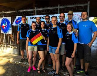 Justus Poggensee mit seinen Teamkollegen der Bogensport Akdamie