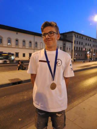 Kann es kaum glauben: Mika Kochanowski mit Bronze bei der WM in Italien
