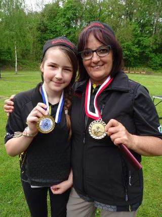 Jona Müller und BSW-Teamkollegin Silke Müller präsentieren ihre Medaillen auf der Thüringer LM