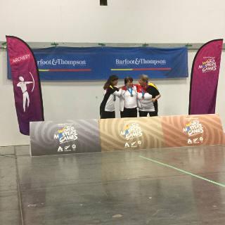 Die drei Finalisten der Damen ü50 Recurve freuen sich über die Medaillen