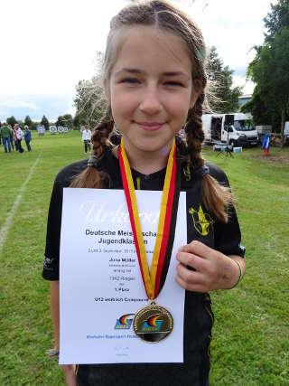 Jona Müller freut sich über ihre Goldmedaille bei der DM der Jugend des DBSV