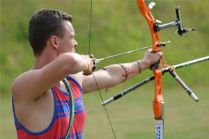 Bogenschütze Jakob Hetz mit seinem Recurve bei der 2. Rangliste des DSB in Glindow