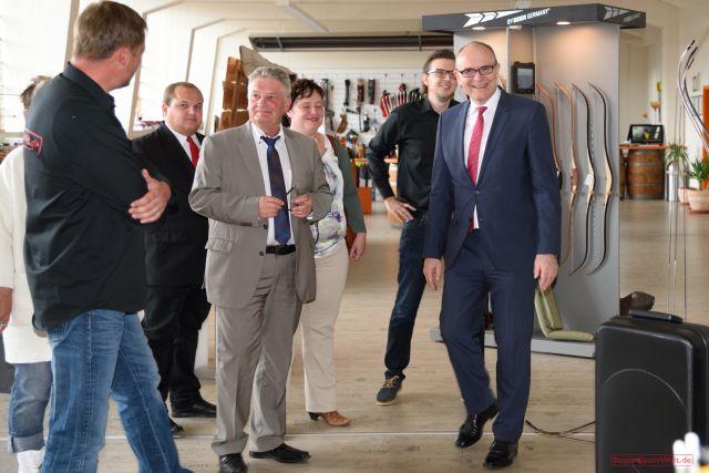 Ministerpräsident Erwin Sellering im Showroom der BogenSportWelt.de