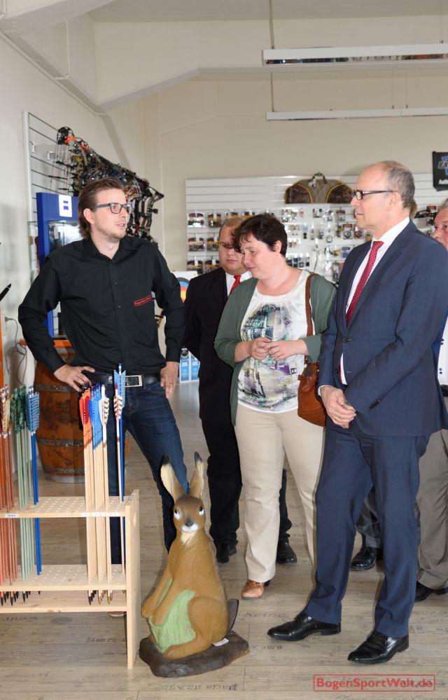 Angebotsüberblick im Show-Room: René Kliewe erläutert Ministerpräsident Erwin Sellering das breit gefächerte Bogensport-Sortiment von Marken-Herstellern weltweit.
