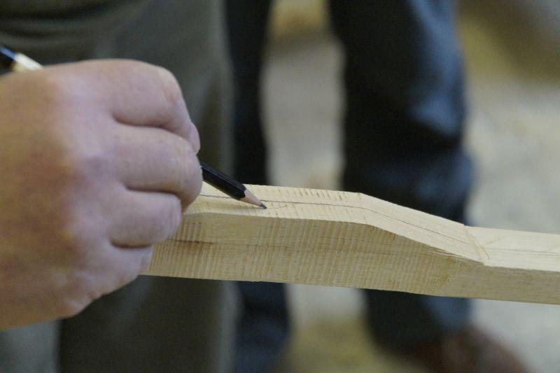 Bogenbau: Anzeichnen und Herausarbeiten des Griffstücks eine Langbogens
