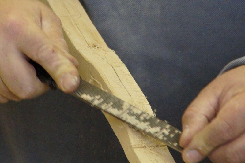 Bogenbau. Herausarbeiten des Griffstücks eine Langbogens