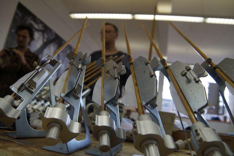 Bogenbau mit Thies Köhn in der BogenSportWelt.de: Pfeile beim Trocknen in den Befiederungsgeräten