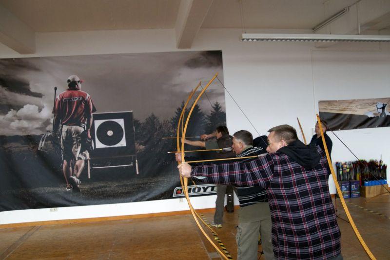 Bogenbau mit Thies Köhn in der BogenSportWelt.de: Die Teilnehmer mit ihren Bögen beim Bogenschießen auf der Schießbahn