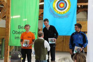 Compoundschütze Leon Hollas auf dem Siegertreppchen bei der 1. Rangliste des DSB in Ebersberg 2015