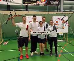 Jakob Hetz und sein Team vom BTS Bayreuth feiern den Aufstieg