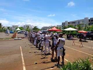 Sportler an der Schießlinie in einem Sporthotel der Insel Mauritius