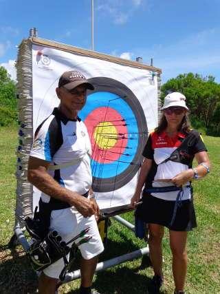 Annedore mit dem Bogensportpräsidenten Mauritius' an der Scheibe