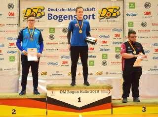 Sebastian Siemandel auf dem Siegertreppchen der DM Halle DSB in Solingen