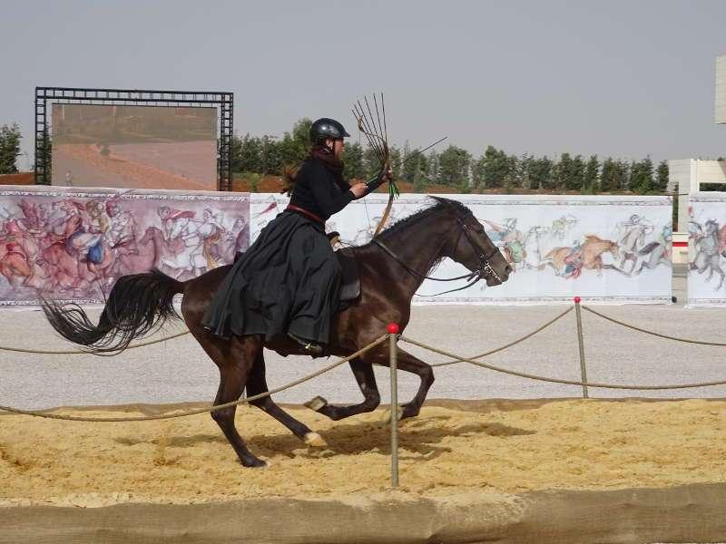 Al-Faris: Johanna Pfister zeigte vor den Augen des jordanischen Königs ihr Können im berittenen Bogenschießen