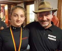 Die 14jährige Damen-Siegerin Annika Rennett mit Koryphäe Henry Bodnik