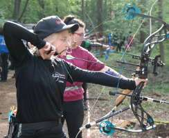 Linda Charlotte Mentzel mit ihrem neuen Compound von der BogenSportWelt